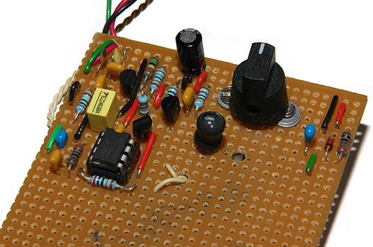 Kuva: Verolevylle koottu AM-radiovastaanotin