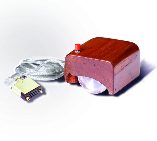 Bill Englishin suunnittelema tietokonehiiren ensimmäinen prototyyppi, SRI International, CC BY-SA 3.0, Wikimedia Commons