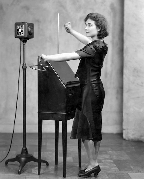Alexandra Stepanoff soittamassa thereminiä NBC:n radio-ohjelmassa vuonna 1930 (CC 0)
