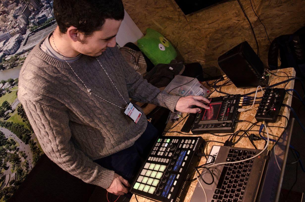 Joaquin Aldunaten Arduino-pohjainen rumpukone Espoo Mini Maker Fairessa 2015 (Kuvaaja Adam Oszaczky)