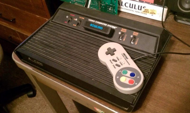 Vanhan Atari-pelikonsolin sisukset on korvattu Raspberry Pi:llä