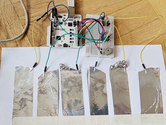 Kuva: Kapasitiivisen soittimen koskettimet paperin alla