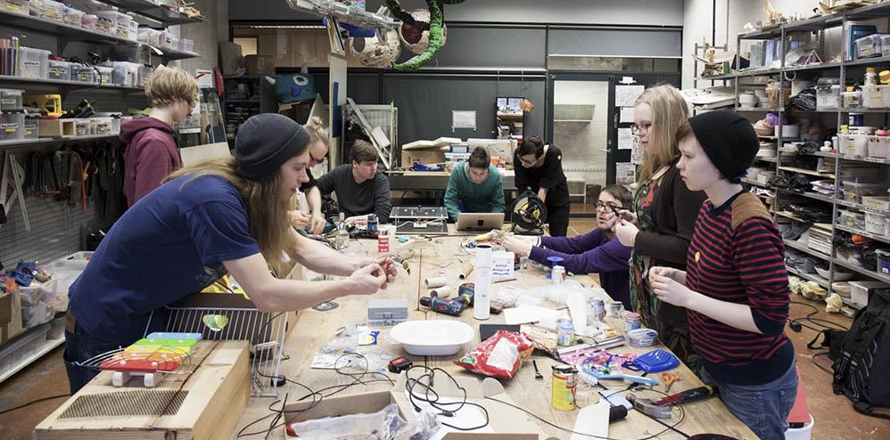 Lukiolaisille suunnattu elektroniikkaa ja kuvataidetta yhdistelevä Art Hack -työpaja Espoon Modernin taiteen museossa EMMAssa