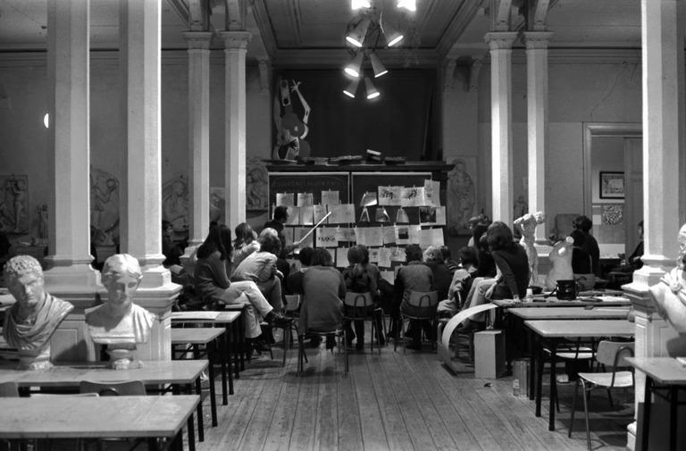 Taideopiskelijoita Ateneumissa (Simo Rista 1970, Helsingin Kaupunginmuseo. CC-BY-4.0)